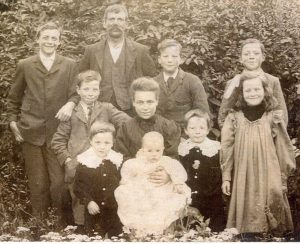 Ernest FOWLER and Emily Isabel FOWLER nee HENLEY with their 8 children. [1907]